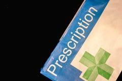 Bolsa de papel de la prescripción en un fondo negro imagen de archivo libre de regalías