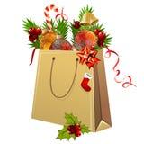 Bolsa de papel por completo de las bolas de la Navidad Imagen de archivo libre de regalías