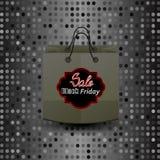 Bolsa de papel que hace compras con la etiqueta engomada de Black Friday Imagenes de archivo