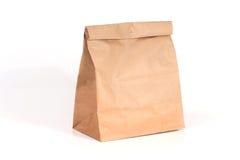 Bolsa de papel reciclada en el fondo blanco. Imagenes de archivo