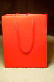Bolsa de papel roja para su diseño Fotos de archivo libres de regalías