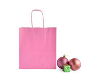 Bolsa de papel rosada con la decoración del Año Nuevo/la Navidad Fotos de archivo libres de regalías