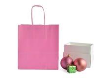Bolsa de papel rosada y caja blanca con el decoratio del Año Nuevo/la Navidad Fotografía de archivo