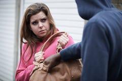 A bolsa de Stealing Teenage Girl do ladrão fotografia de stock