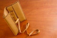 Bolsa de tabaco de cuero amarilla Fotos de archivo libres de regalías