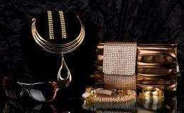 Bolsa e jóia dourada, vidros Imagens de Stock