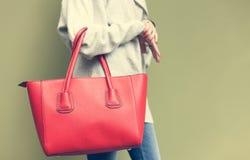 Bolsa fêmea vermelha grande bonita elegante no braço de uma mulher imagens de stock