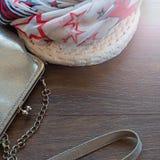 Bolsa para mulheres e o xaile de pouco peso em um fundo escuro de madeira Fotos de Stock