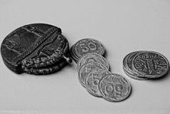Bolsa pequena e muitas moedas foto de stock royalty free