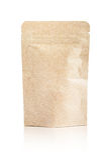 Bolsa reciclada de empaquetado en blanco del papel de Kraft aislada en blanco Fotos de archivo