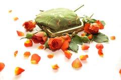 Bolsa verde pequena nas rosas Foto de Stock Royalty Free