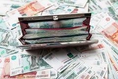 Bolsa vermelha completamente do dinheiro do russo, lotes do dinheiro Imagem de Stock Royalty Free