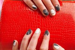 Bolsa vermelha elegante das senhoras nas mãos fêmeas Fotos de Stock Royalty Free