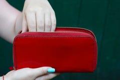 Bolsa vermelha grande nas mãos de uma menina Imagens de Stock