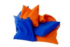 Bolsas de arena anaranjadas y azules foto de archivo