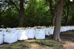Bolsas de arena llenadas como protección contra la inundación foto de archivo