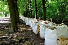 Bolsas de arena llenadas como protección contra la inundación fotografía de archivo