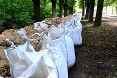 Bolsas de arena llenadas como protección contra la inundación fotos de archivo