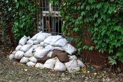 Bolsas de arena llenadas como protección contra la inundación fotografía de archivo libre de regalías
