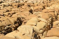 Bolsas de arena llenadas como protección contra las inundaciones imagen de archivo