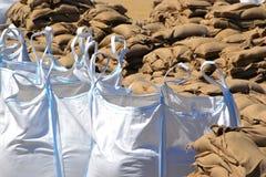 Bolsas de arena llenadas como protección contra las inundaciones fotografía de archivo