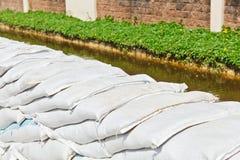 Bolsas de arena para la protección de inundación Imágenes de archivo libres de regalías