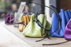 Bolsas de couro em cores brilhantes na exposição Imagens de Stock Royalty Free
