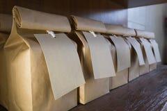 Bolsas de papel de Brown con las etiquetas de la ejecución Imágenes de archivo libres de regalías
