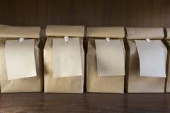 Bolsas de papel de Brown con las etiquetas de la ejecución Imagen de archivo libre de regalías