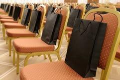 Bolsas de papel en sillas. Imagenes de archivo
