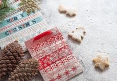 Bolsas de papel y galletas de la Navidad Foto de archivo libre de regalías