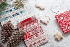 Bolsas de papel y galletas de la Navidad Fotos de archivo libres de regalías