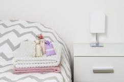 Bolsas del olor en las toallas en cama Lavanda secada en bolsos de la decoración en dormitorio Bolsitas fragantes para el hogar a Foto de archivo libre de regalías