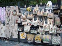 Bolsas e roupa feito a mão Foto de Stock