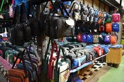 Bolsas na exposição no mercado de Chatuchak em Bangko Foto de Stock