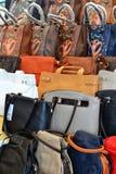 Bolsas no mercado em Itália Fotografia de Stock