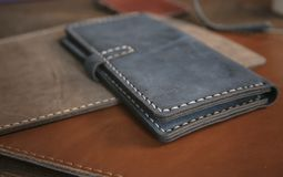Bolsas nos estilos diferentes que fizeram do couro genuíno colorido Fotos de Stock Royalty Free