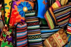 Bolsas pequenas tradicionais indianas feitos a mão como o fundo brilhante colorido da cultura indiana Foto de Stock