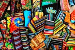 Bolsas pequenas tradicionais indianas feitos a mão como o fundo brilhante colorido da cultura indiana Fotos de Stock Royalty Free