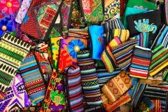 Bolsas pequenas tradicionais indianas feitos a mão como o fundo brilhante colorido da cultura indiana Imagens de Stock