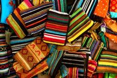 Bolsas pequenas tradicionais indianas feitos a mão como o fundo brilhante colorido da cultura indiana Imagens de Stock Royalty Free