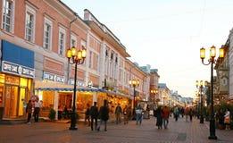 Bolshaya Pokrovskaya街道在秋天晚上 图库摄影