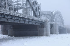 Bolsheokhtinsky-Brücke im Winternebel, St Petersburg Russland Lizenzfreies Stockbild