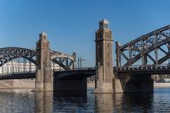 Bolsheokhtinsky o Peter el gran puente a trav?s de Neva River St Petersburg foto de archivo