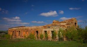 Bolsheviks毁坏的老教会在岁月迫害在村庄的郊区 风景 库存图片
