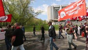 Bolsheviks nacional, junto com suportes de partido comunista participa em uma reunião que marca o primeiro de maio video estoque