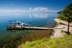 Bolshiye Koti, РОССИЯ - 18-ое июля: macrophototour, члены команды ждет шлюпку и фотографирует около Lake Baikal Стоковое Изображение