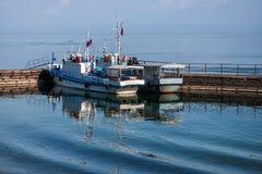 Bolshiye Koti, RUSLAND - JULI 16: macrophototour, bevinden de leden zich van team dichtbij twee boten, meer Baikal, 16 Juli, 2011 Royalty-vrije Stock Afbeelding