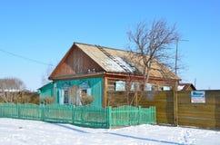 Bolshoe Goloustnoe Bolshoye Goloustnoye, Rosja, Marzec, 08, 2017 Jednopiętrowy drewniany dom na Baikalskaya ulicie w wiosce Zdjęcia Stock