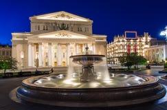 Bolshoi剧院和喷泉夜视图在莫斯科,俄罗斯 免版税图库摄影